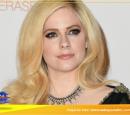 """Avril Lavigne divulga mais um trecho de sua nova música, """"Head Above Water"""""""